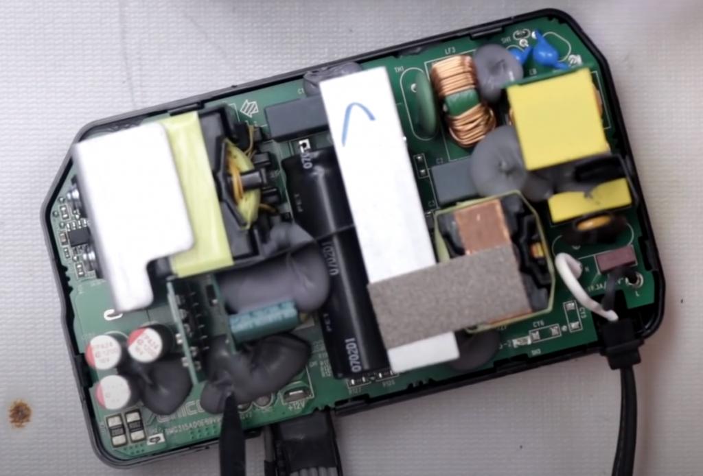 Microsoft 通过添加减震胶的方式,尽可能消除电源啸叫。这很简单粗暴,但也很有效。